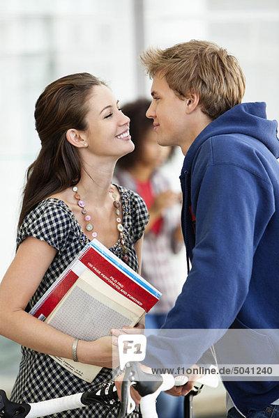 Nahaufnahme einer Frau  die ihren Freund ansieht und lächelt