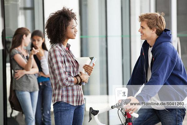 Zwei Freunde diskutieren auf dem Campus