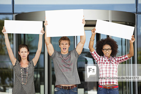 Wütende Freunde protestieren mit leeren Plakaten