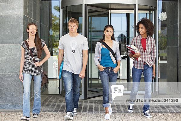 Universitätsstudenten  die auf dem Campus spazieren gehen