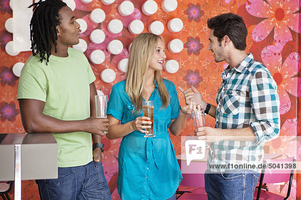 Freunde bei einem Drink an einer Bar