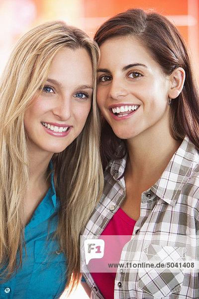 Porträt schöner Freundinnen lächelnd