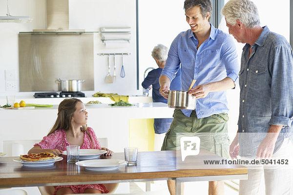 Mehrgenerationen-Familie beim Essen zu Hause