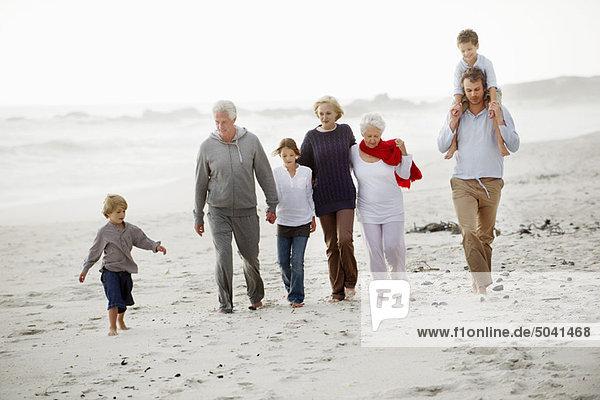 Mehrgenerationen-Familienwanderung am Strand
