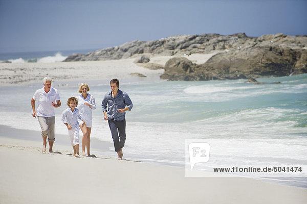 Mehrgenerationen-Familie am Strand