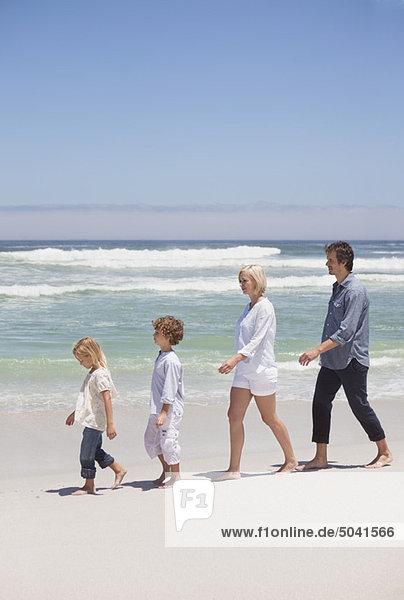 Leute  die am Strand spazieren gehen