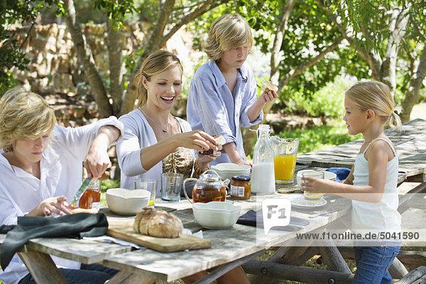 Familie mit Essen im Vor- oder Hinterhof