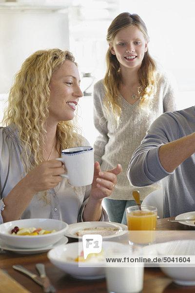 Mädchen beim Frühstück mit ihren Eltern