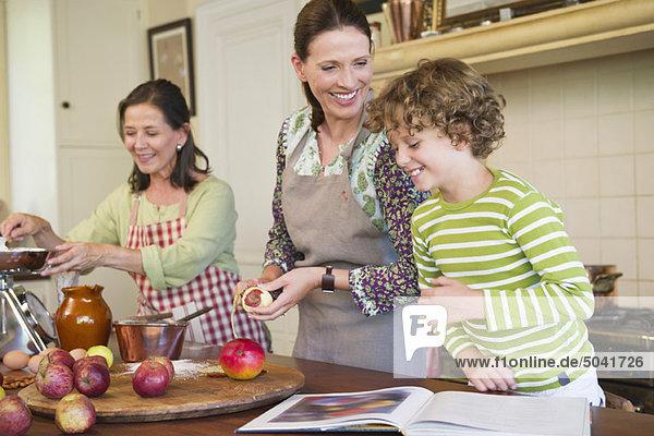 Mehrgenerationen-Familienkochen gemeinsam in der Küche