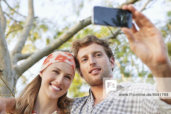 Junges Paar fotografiert sich mit dem Handy