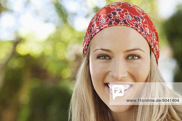 Fröhliche junge Frau mit Kopftuch