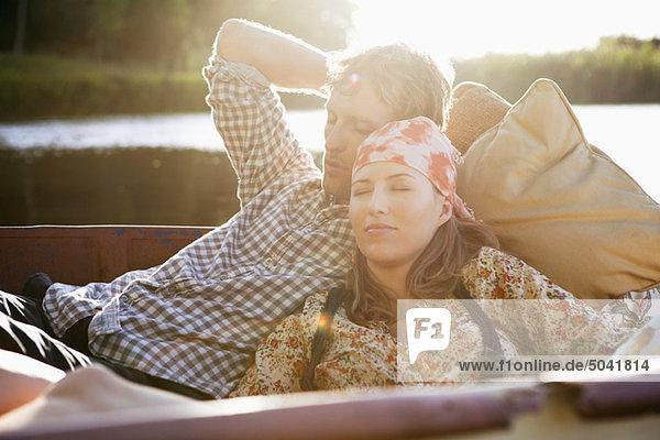 Junges Paar schläft im Boot
