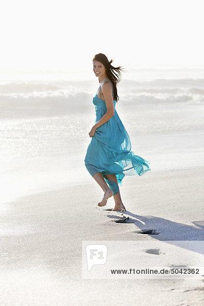 Der Fußabdruck einer jungen Frau beim Laufen am Strand