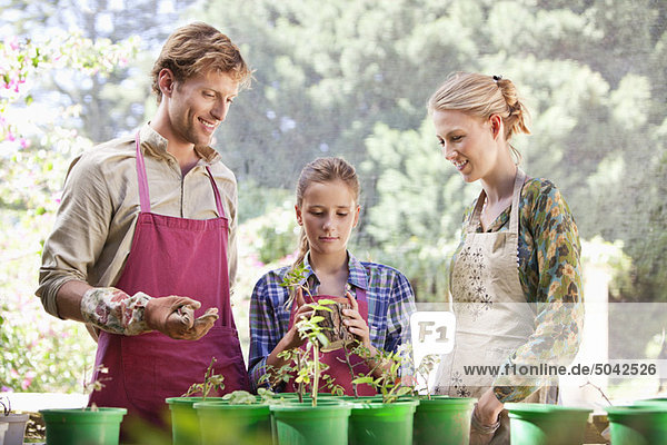 Eltern und Tochter Gartenarbeit
