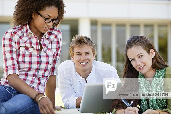 Freunde  die auf dem Campus studieren
