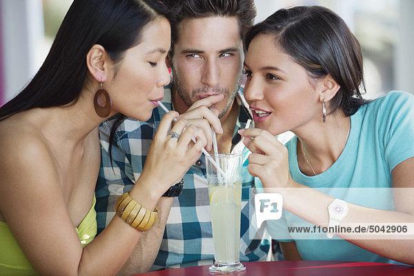 Freunde teilen sich Limettensaft in einem Restaurant