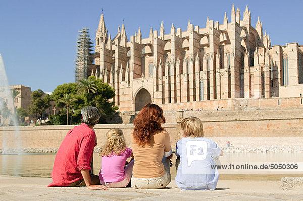 Familie bei der Kathedrale von Palma  Mallorca