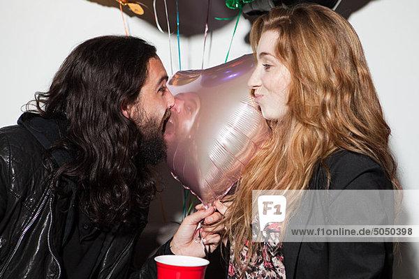 Junges Paar auf der Party