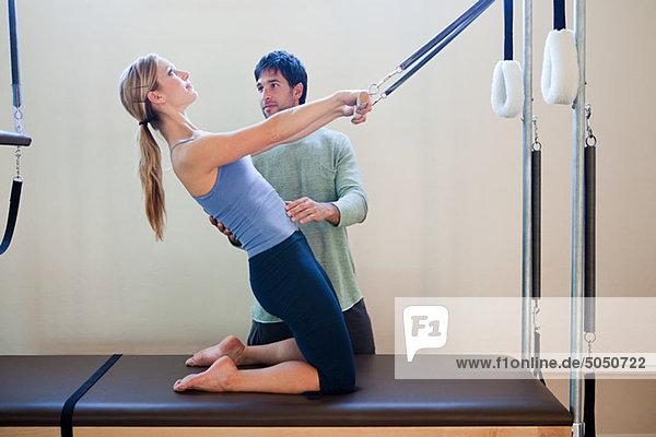 Frauen bei Pilates mit Instruktorin