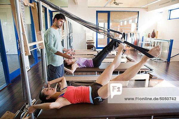 Frauen mit Pilatestrainerin