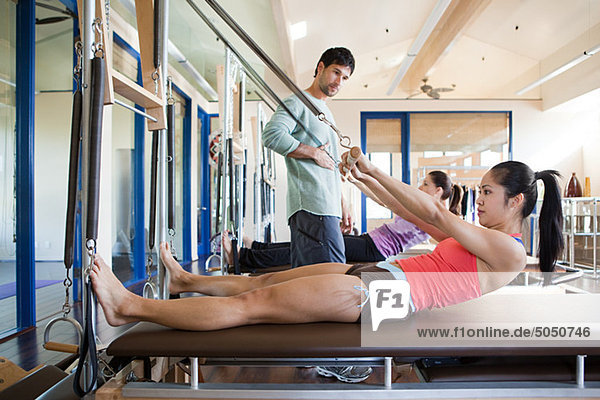 Zwei Frauen mit Pilatestrainerin