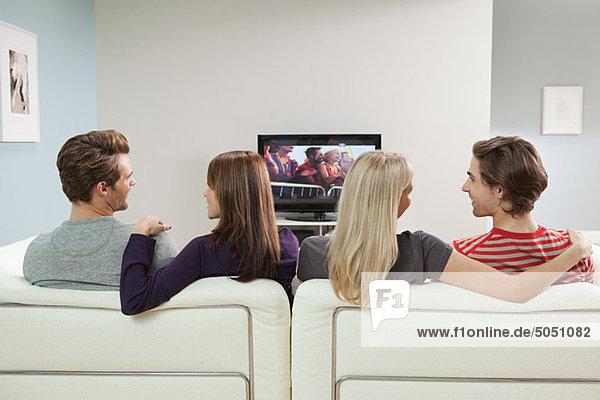 Zwei Paare beim Fernsehen