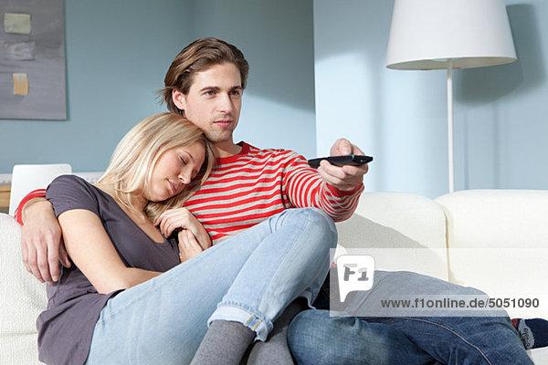 Junges Paar beim Fernsehen  schlafende Frau