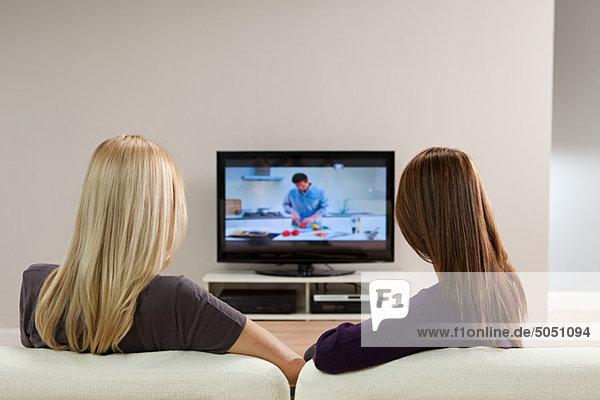 Zwei junge Frauen beim Fernsehen