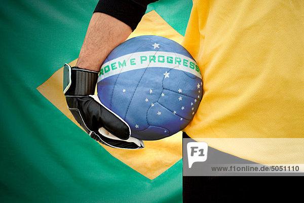 Brasilianischer Torhüter hält Fußball