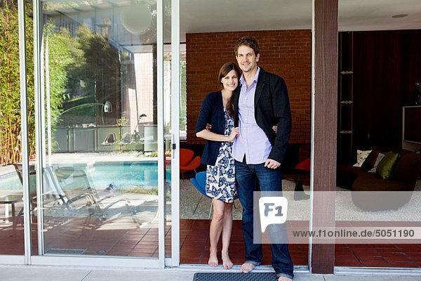 Paar an der Terrassentür stehend  Portrait