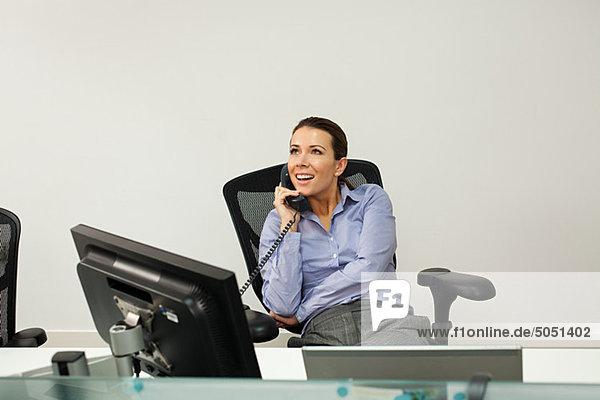 Geschäftsfrau beim Telefonieren