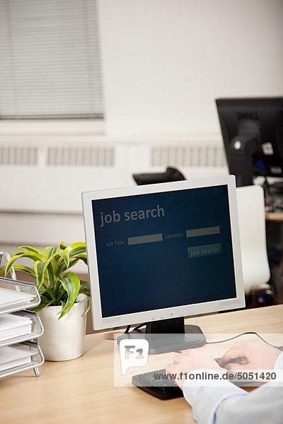 Büroangestellter mit Computer für die Arbeitssuche