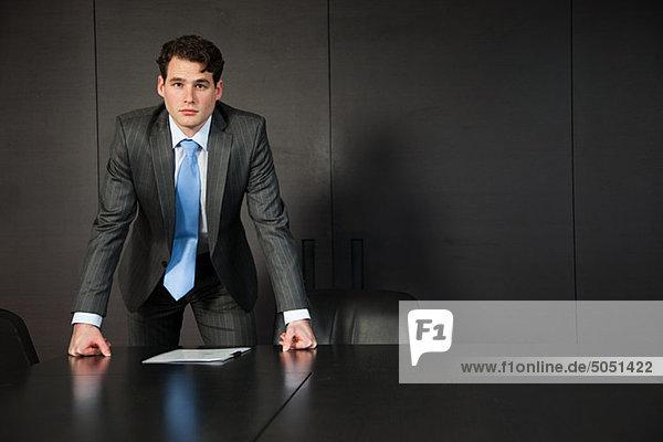 Kaufmann stützte sich auf Konferenztisch mit Dokumenten