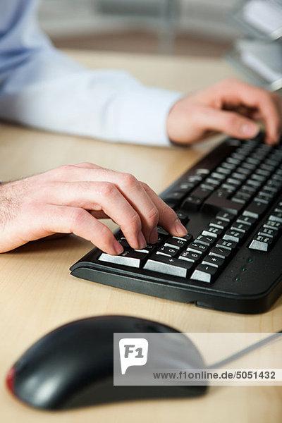 benutzen Computer arbeiten Büro