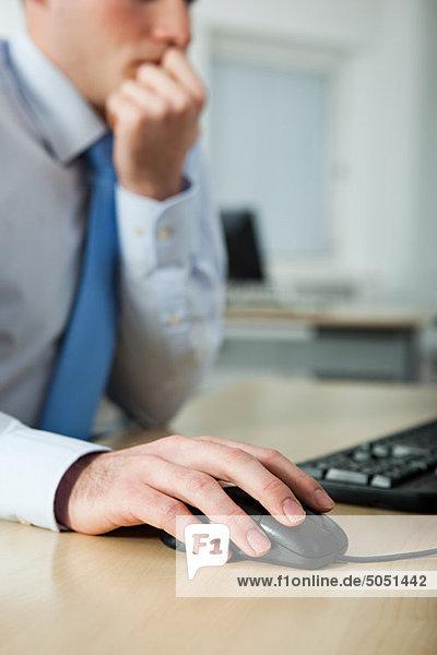Büroangestellter mit Computer