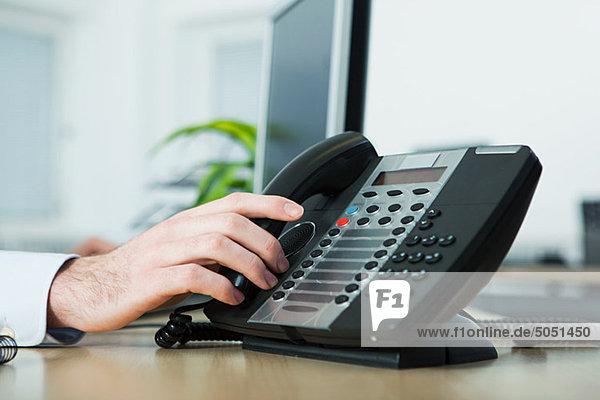 Büroangestellter beim Anrufbeantworter