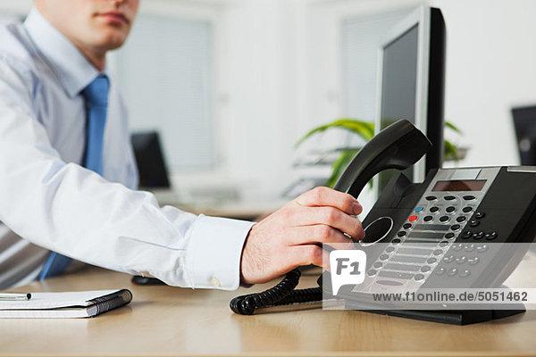 Office Worker antwortenden Telefon