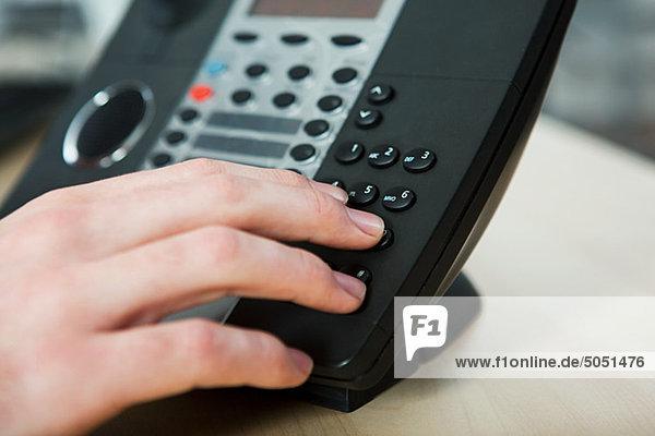 Büroberuf  die auf ein Festnetz-Telefon wählen