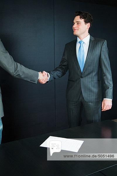 Zwei Geschäftsleute Händeschütteln auf Job-interview