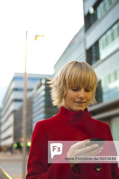 Junge Frau mit Handy  Portrait