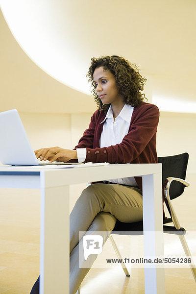 Geschäftsfrau beim Tippen auf dem Laptop