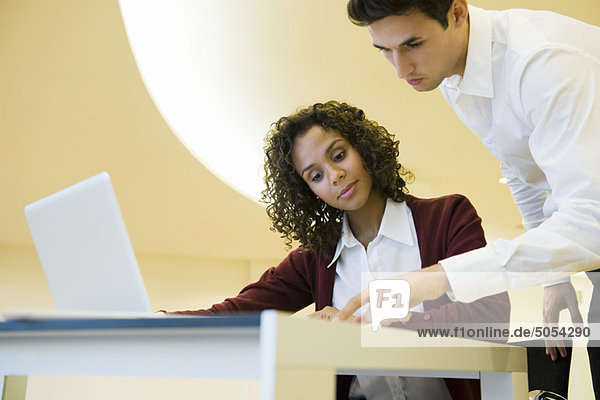 Kollegen beim gemeinsamen Betrachten von Dokumenten