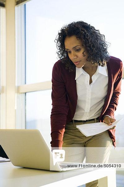 Geschäftsfrau mit Laptop-Computer
