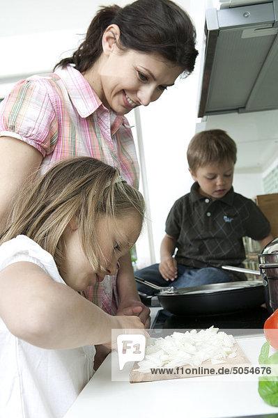 Mutter mit ihren Kindern Kochen