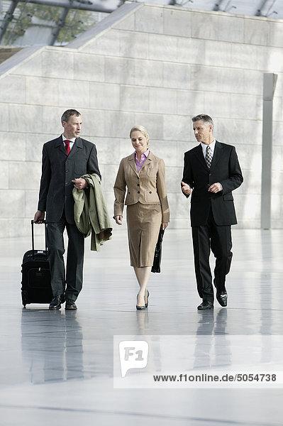 drei Geschäftsleute zu Fuß durch hall