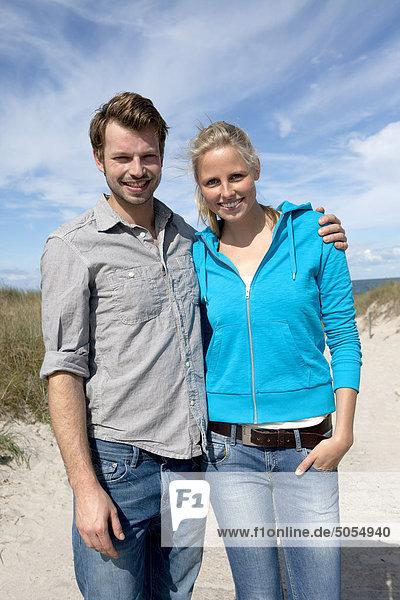 Porträt jungen Paares am Strand