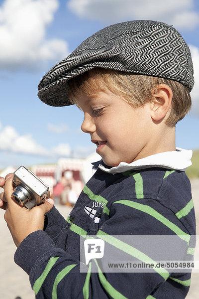 Porträt der jungen mit Digitalkamera