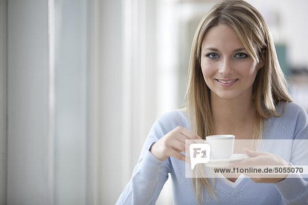 Porträt von blonde geschäftsfrau mit Kaffeepause