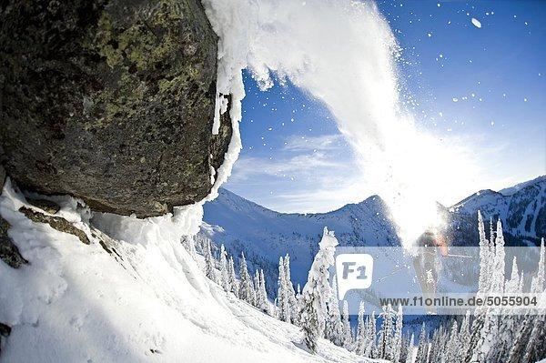 Eine männliche Skifahrer voller Testosteron startet aus einen Sprung auf Wildwasser-Wintererholungsort  Nelson  British Columbia