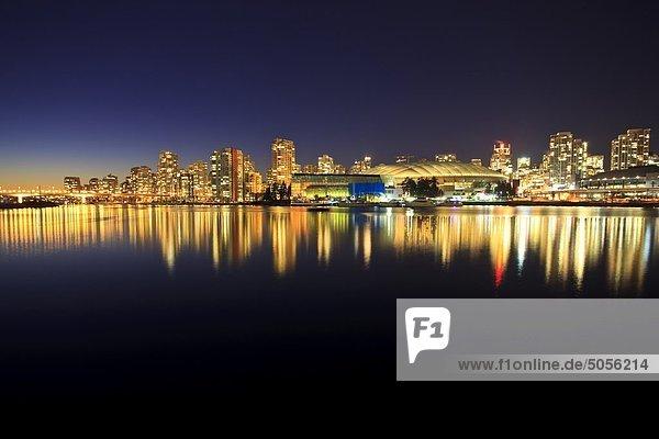 Der Blick über False Creek zur Innenstadt von Vancouver und BC Place Stadium in der Nacht. Vancouver British Columbia  Kanada.
